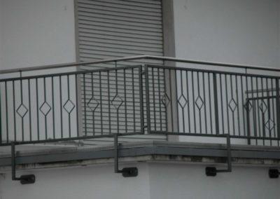 Geländer beschichtet mit Edelstahlhandlauf